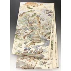 ベージュに金糸の織込みが全体に入っていて 垂先から手先には、鶴や松柄が入った扇に、花籠、 波の入った縦に流れる模様に尾長鳥や風神、雷神が入っています。 お太鼓部分には富士山の様な山に雲の合間に龍や太陽が見えていて、大きな岩崖や松、お寺に七福神の船といった柄が入っています。 前部分には七福神にお寺、尾長鳥が飛び回り、流水には鯉が顔を覗かせた柄が左右に入っていて、前柄の前後の無地部分に鶴や松、宝づくしの柄があります。 手先には、尾長鳥や滝の流れる岩崖、童子の様な人物柄が入っています。 帯裏には千寿文が入っています。  【楽天市場】袋帯 ベージュ×金 雲取りに宝づくしや風神雷神、七福神の舟やお寺などの風景柄【送料無料】 【中古】【仕立て上がりリサイクル帯・リサイクル着物・リサイクルきもの・アンティーク着物・中古着物】:ビスコンティ&きもの忠右衛門