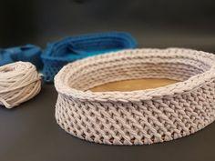 Pólófonalazz velünk! - 25. rész - Rácsos minta horgolása pólófonalból - YouTube Crochet T Shirts, T Shirt Yarn, Yarn Projects, Make It Yourself, Leather, Youtube, Bari, Diy, Amigurumi