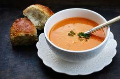 Måndag & soppa! Ibland är det ju bara så himla gott med en varm härlig soppa. Framförallt nu på hösten tycker jag när kylan kryper inpå. Denna krämiga tomatsoppa går snabbt att göra...