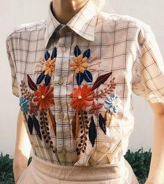 *idea para vender ropa vieja con bordados Old button-down with new folk embroidery 🌿 via Folk Embroidery, Learn Embroidery, Embroidery Fashion, Vintage Embroidery, Embroidery Patterns, Indian Embroidery, Shirt Embroidery, Embroidery Stitches, Machine Embroidery