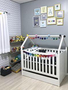 Cesto de brinquedos da Meu Móvel de Madeira, estante de brinquedos da Oppa, berço montessori Quater, jogo de cama da Mooui, almofada de nuvem da Atelier Pilulito, luzinhas compradas na Elo7 e quadrinhos da Pendurama ❤