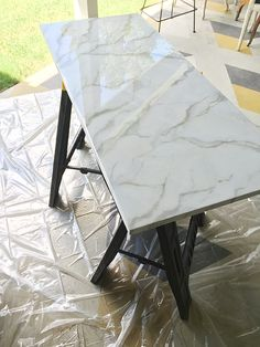 DIY Faux Marble (little green notebook) I love it when readers share their home projects with me! Recently Yael emailed me a link to her post on faux marbling. I loved how she used resin as a top layer – I felt like that really made the cou - Marble Table Faux Marble Countertop, Painting Countertops, Marble Countertops, Epoxy Resin Countertop, Granite Kitchen, Carrara Marble, Countertop Redo, Laminate Countertops, Kitchen Wood