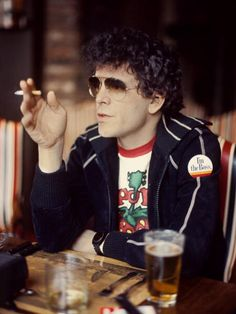 Lewis Allen Reed, más conocido como Lou Reed, fue un cantante y compositor de rock, considerado el padre del rock alternativo, primero como líder del grupo The Velvet Underground y luego en solitario.