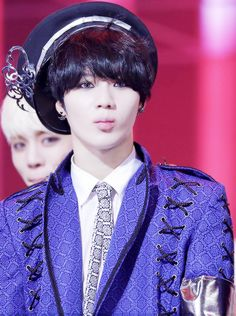 Lee Taemin SHINee, and jonghyun creepin in the back... Love this color and his hat is Perfect!