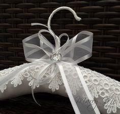 Padded Coat Hangers, Diy Clothes Hangers, Wedding Dress Hanger, Wedding Hangers, Craft Gifts, Diy Gifts, Handmade Gifts, Wedding Boudoir, Wedding Crafts