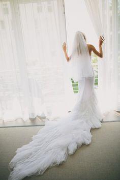 Pin for Later: 23 Hochzeitsfotos, die euch und euer Brautkleid so richtig in Szene setzen 13. Unter Lichteinfluss Ein weißes Kleid kommt so richtig zum Strahlen. Quelle: Thomas Steibl via Style Me Pretty