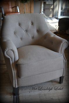 Stoere fauteuil met knopen en nagels (kan ook zonder nagels) In meerdere stoffen en tinten mogelijk. De poten zijn leverbaar in naturel, wit (RAL 9010), Old Grey, donker bruin en zwart. Deze fauteuil is in onze winkel te bekijken!
