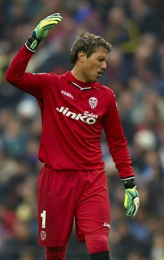 Diego Alves of Valencia CF reacts during the La Liga match between FC Barcelona and Valencia CF at Camp Nou on February 1, 2014 in Barcelona, Catalonia.