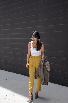Paperbag waist walk in wonderland waysify fall outfits уличн Yellow Jeans Outfit, Colored Pants Outfits, Denim Outfit, Mustard Jeans, Mustard Yellow Pants, Fall Outfits For Work, Summer Outfits, Chic Outfits, Fashion Outfits