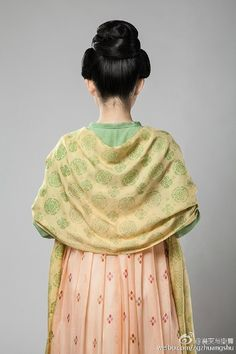 A popular women's style in the Sui Dynasty and early years of Tang Dynasty of China. Created by zgzhuangshu @ Weibo (Formerly the reconstruction group of traditional Chinese clothing and style). Hanfu, China Mode, The Empress Of China, Middle Eastern Fashion, Chinese Clothing, Chinese Style, Traditional Chinese, Long Scarf, China Fashion