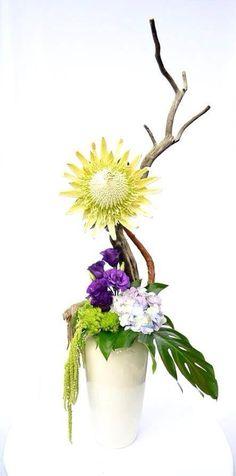 Exótico y extravagante, este arreglo de diseño con protea en base de cerámica es una pieza extraordinaria y original.  La vida esta llena de color y aromas, disfrútala y comparte lo mejor de ella con tu gente, regala flores.   #SomosLizart!!!  -55401723 -55204323   *entregas en todo el D.F.
