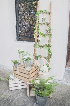 vintage ladder and wooden crates church decor http://weddingwonderland.it/2015/05/15-idee-la-cerimonia-in-chiesa.html