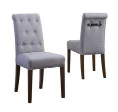 Florence stol - Flot polstret spisebordsstol med lysegråt betræk. Denne flotte spisebordsstol på træben har mange flotte detaljer. Der er messingfarvede nitter i kanten og en flot læderstrop i ryglænet, som begge dele giver en rigtig fin finish på stolens udseende. En smuk stol som vil være flot i den romantiske indretningsstil.