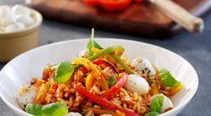 Italiaanse rijstschotel met paprika en mozzarella