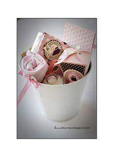 kit de naissance qui comprend un body Petit Bateau du thé rouge sans théine pour que la maman puisse en boire tout en allaitant, des sels de bain relaxant, des petites douceurs, une carte...kawito scrap