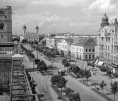 Piac utca, szemben a Nagytemplom (1955) Budapest, Old Pictures, Paris Skyline, Retro, Travel, Times, Beautiful, Antique Photos, Trips