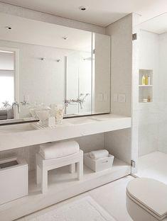 O banheiro clean é assinado pelo arquiteto Arthur Casas. Não há nada suspenso ou gabinetes, apenas recuos para colocar os cestos. As torneiras saem do espelho e, na bancada dupla de mármore piguês, há um pequeno deque de madeira branca laqueada, com vãos,