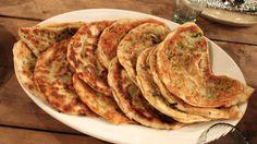 Bulani – kasvispiirakat (10:lle) Täyte:      1/2 purjo     1 punainen paprika     1 valkosipuli, kynnet kuorittuina     1 kesäkurpitsa     2 porkkanaa     mustapippuria, chiliä, suolaa  Taikina:      n. 1 kg puolikarkeita vehnäjauhoja     1 pala tuorehiivaa     n. 5 dl vettä     suolaa     Lisäksi:     teflonpannu     tavallinen kaulin     oliiviöljyä paistamiseen