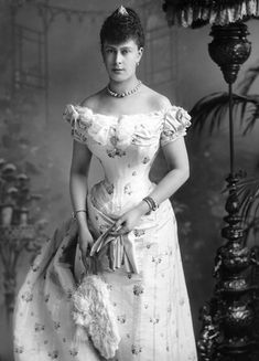 Victoria Mary Augusta Louise Olga Pauline Claudine Agnes, Queen Consort of Great Britain as the wofe of King Emperor George V. Was Princess of Teck in the kingdom of Wurttemberg. Grandmother of Queen Elizabeth II. Queen Mary, Queen Elizabeth, King Queen, Reine Victoria, Queen Victoria, Belle Epoque, Victorian Era Fashion, Victorian Ladies, Vintage Fashion