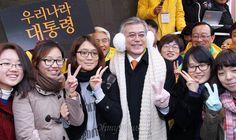 문재인 민주통합당 대선후보가 30일 오후 울산대학교 앞을 방문해 목도리와 장갑을 선물한 수화동아리 대학생들과 기념촬영에 응하고 있다.