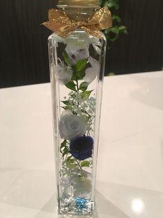 *♡今大人気の植物標本ハーバリウムのご紹介です♡*♡ガラス瓶の中で優しく揺れ動く可愛らしいお花達♡♡夏のインテリアにぴったりです♡♡光に照らされてキラキラと輝く幻想的なハーバリウムの 美しい世界をお楽しみいただくことができます。♡中に入っているお花は、すべて本物のお花のドライフラワーです 薄いブルーと鮮やかなロイヤルブルーの薔薇にラスカスとブルー紫陽花をあしらってキラキララメのかすみ草を浮かせてみました♡トールサイズ縦22㎝ 幅4㎝このデザイン以外でもご希望があればお色違いなどお作り致します!♡お誕生日のプレゼントやお祝いにも喜んで頂けるお品です♡ラッピング籠入りリボン付きは¥200アップ♡♡♡ハーバリウムとは♡♡♡特別な液体(オイル)で瓶詰めされた植物標本です。植物はお手入れ不要で約1年以上鑑賞できます。☆植物は個体差があります。☆配送中の植物の配置の移動などある可能性がありますが ご理解お願いします。☆ひとつひとつ丁寧に製作しておりますが、 ハンドメイドのため 完璧な商品をお求めの方はご遠慮ください。即購入して頂いて大丈夫です♡オーダー承ります♡写真と全く...