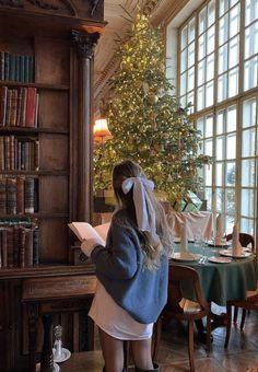 Classy Aesthetic, Book Aesthetic, Aesthetic Girl, Aesthetic Pictures, Estilo Grunge, Old Money, Christmas Aesthetic, Instagram, Portrait
