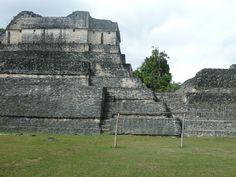 Cancha de fútbol en ruinas mayas, Belice