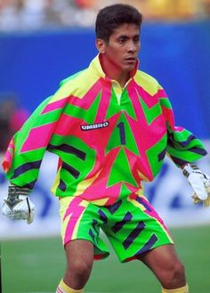Jorge Campos era un jugador de futbol. I had been a fun of the National football team of Mexico because of him. Football Icon, Retro Football, World Football, Football Kits, Football Jerseys, Soccer Goalie, Soccer Fans, Football Players, Goalkeeper Kits