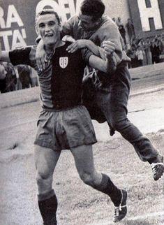 GIGI RIVA festeggia uno dei suoi tanti gol con la maglia del Cagliari