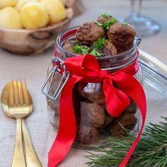 Goda och saftiga köttbullar smaksatta med kryddpeppar och rostad lök. Passar perfekt till julbordet! Christmas Town, Xmas, Dinner Recipes, Vegetarian, Beef, Corner, Holidays, Dog, Table