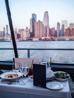 Luxus-Dinner-Kreuzfahrt in New York mit Bateaux New York Source by dubaicitycompany Luxury Lifestyle Women, Christmas Ad, Luxe Life, Romantic Dinners, Pinterest Photos, Luxury Living, In The Heights, New York Skyline, Cruise