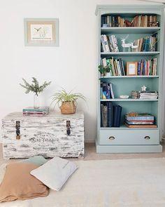 Una pátina que me enamoró / Vero Palazzo - Home Deco Chalk Paint, Bookcase, Shelves, Blanco Color, Ube, Inspiration, Home Decor, Painted Bedroom Furniture, Dark Furniture