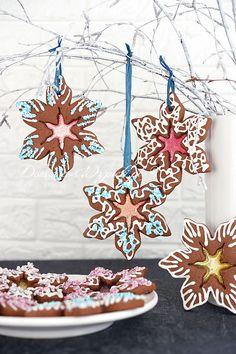 Nasze ulubione świąteczne pierniczki kruche. Ciasto dobrze się formuje, nie rośnie zbytnio podczas pieczenia, a wycięte formy nie odkształcają się. Pierniczki idealnie nadają się jako dekoracja na choinkę. Sugar Rush, Christmas Decorations, Sweets, Cookies, Artwork, Food, Snacks, Decorating, Recipes