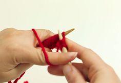 Aprende a hacer punto elástico simple con la ayuda de un par de agujas, lana, y este vídeo tutorial que te ayudará a ver el proceso paso a paso. ¡No lo dudes y dale al play!