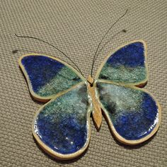 Motýlích křídel šum. Pottery Animals, Ceramic Animals, Ceramic Wall Art, Ceramic Clay, Slab Pottery, Pottery Art, Ceramic Poppies, Slab Ceramics, Clay Tiles