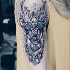 kadın üst kol geometrik geyik dövmesi woman upper arm geometric deer tattoo