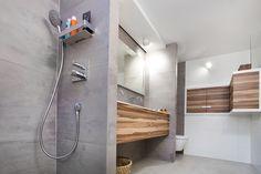 De kleur van het hout gecombineerd met de prachtige natuurstenen tegels op de muur en vloer doen de badkamer warm lijken. Daardoor voelt de ruimte behaaglijk aan.