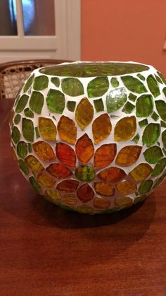 Glass bowl with leaves in autumn colors Sea Glass Mosaic, Mosaic Rocks, Mosaic Vase, Mosaic Flower Pots, Mirror Mosaic, Mosaic Diy, Mosaic Crafts, Mosaic Projects, Stained Glass Art