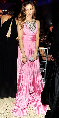 DIVA Sarah Jessica Parker in Oscar de la Renta at the amfAR gala. Love the edgy bib necklace!