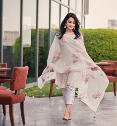 Fashion Week Dresses Dolce & Gabbana Ideas For 2019 Salwar Designs, Kurta Designs Women, Kurti Designs Party Wear, Blouse Designs, Patiala Suit Designs, Indian Attire, Indian Outfits, Indian Dresses, Trajes Pakistani