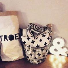 Zwart - wit hoekje met xxl paperbag en zebra kussen en de circuslamp van de Hema de &