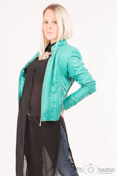 Türkise Lederjacke mit schwarzer Bluse Outfit, Jeans, Bomber Jacket, Fashion, Black Blouse, Leather Jackets, Jackets, Outfits, Moda