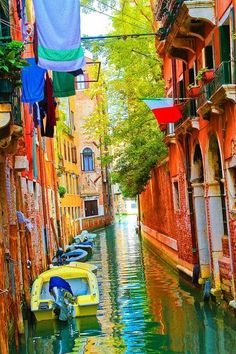 Canal colorido em Veneza, Itália