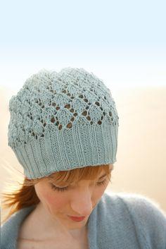 Ein kleines Strickprojekt für alle Lochmuster-Fans! Diese Mütze ist ein Must-    have     wenn es um modische Sommer-Accessoires geht. Luftig gestrickt durch das zarte Lochmuster, kann sie auch an warmen Tagen zum Outfit kombiniert...