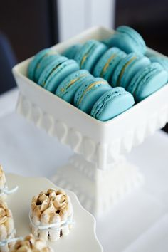 Blue macaron dessert--would this stain teeth?