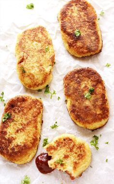 These healthy Gluten-Free Vegan Cauliflower Hash Browns are crisp on the… Oh yes! These healthy Gluten-Free Vegan Cauliflower Hash Browns are crisp on the outside and moist on the inside, so irresistible! Vegan Breakfast Recipes, Brunch Recipes, Vegetarian Recipes, Healthy Recipes, Breakfast Ideas, Dinner Recipes, Brunch Food, Breakfast Dishes, Vegan Gluten Free Breakfast