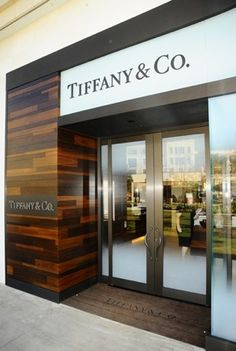 Tiffany Store name in 3 places. Jewelry Store Design, Jewellery Display, Jewelry Shop, Jewelry Stores, Gold Jewellery, Fashion Jewelry, Piano Shop, Tiffany Store, Modern Store