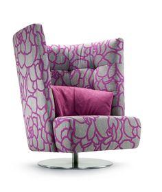 """Jetzt bei Desigano.com Matheo Loungesessel hoch Sitzmöbel, Lounge Sessel von Signet ab Euro 1 307,00 € MATHEO ist ein handwerkliches & optisches Ausrufezeichen, dem die Bezeichnung """"Sessel"""" nichtmehr so ganz gerecht wird. Und egal, ob Sie sich nun tatsächlich in Schale werfen oder einfach nur sanft hineingleiten.. Sie landen zuverlässig im (Halb-)Kreis der Entspannten. Insbesondere in der Version mit hoher Lehne ist Matheo ein kostbarer Rückzugsraum, der uns Geborgenheit, Ruhe und kaum vergl"""