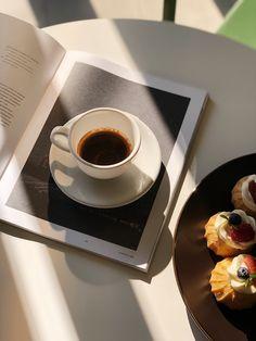 Enjoy a great cup of coffee every day coffee coldbrewcoffee frenchpress coldpressedcoffee coldbrew coldbrewrecipes 713609503442123934 Coffee Date, Coffee Break, My Coffee, Coffee Drinks, Coffee Shop, Coffee Cups, Folgers Coffee, Coffee Creamer, Barista