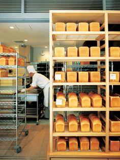 「セントル・ザ・ベーカリー」が作るのは食パンのみ。国産小麦を使用した「角食パン」、アメリカ産小麦を使った角型「プルマン」、山型の「イギリスパン」の3種類を提供し、その味はパン通の舌をも驚かせるふわっふわの絶品。ラックに並べられたたくさんの食パンは、この店ならではの光景です。